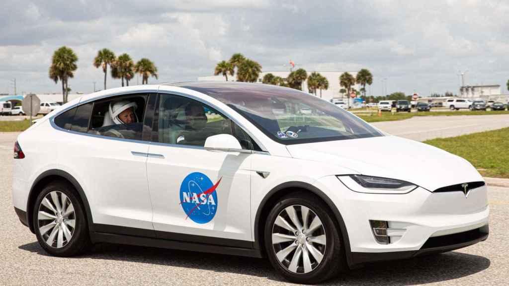 Tesla llevando a los astronautas de la Crew Dragon.
