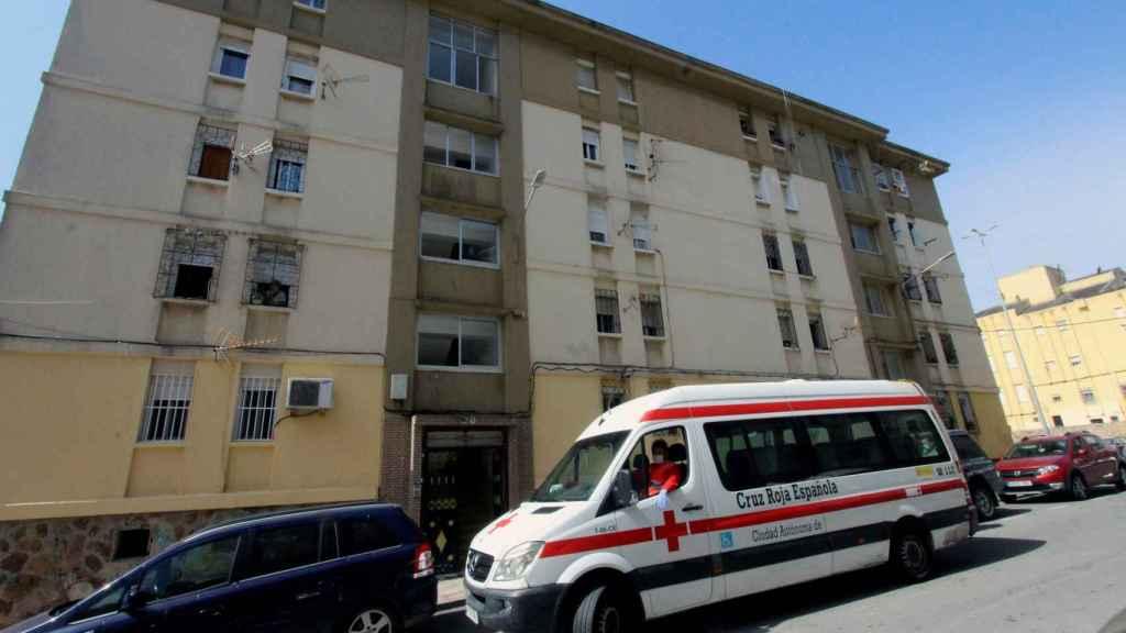 Un vehículo de la Cruz Roja estaciona frente a un bloque de viviendas en Ceuta.