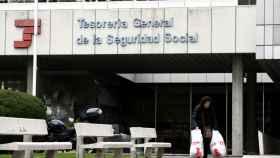 Una persona pasa por la entrada de la sede de la Tesorería General de la Seguridad Social, en Madrid .