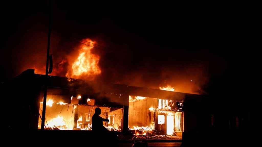 Una tienda en llamas por las protestas en Minneapolis.