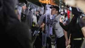 Los manifestantes se enfrentan a los oficiales de la división uniformados del Servicio Secreto de los Estados Unidos en Washington.