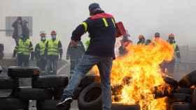 Participantes en la manifestación del comité de empresa de Alcoa queman neumáticos, en Ribadeo.