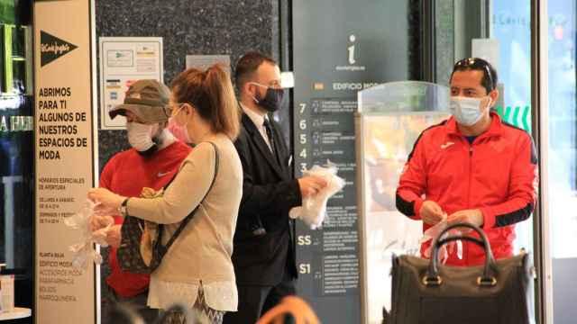 Gente comprando en El Corte Inglés con mascarillas.
