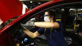 Una trabajadora en la planta de PSA en Figueruelas.