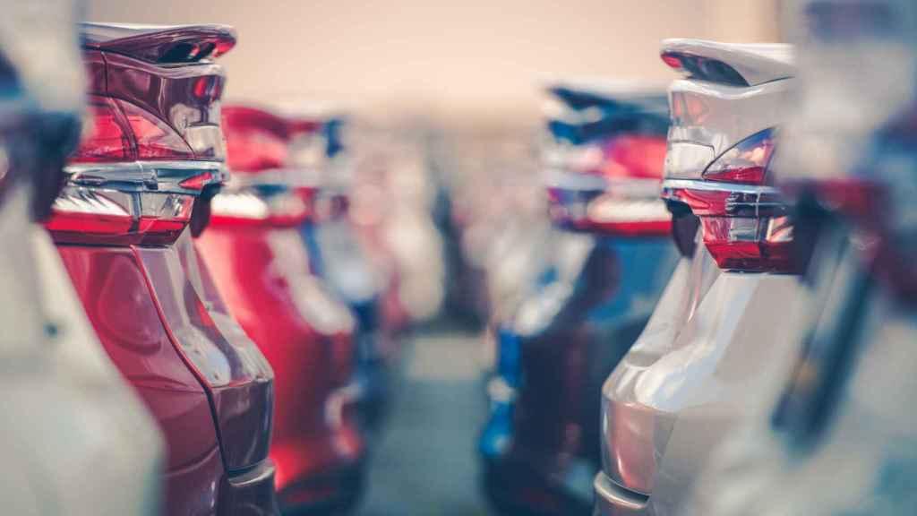Imagen de archivo de vehículos nuevos aparcados.