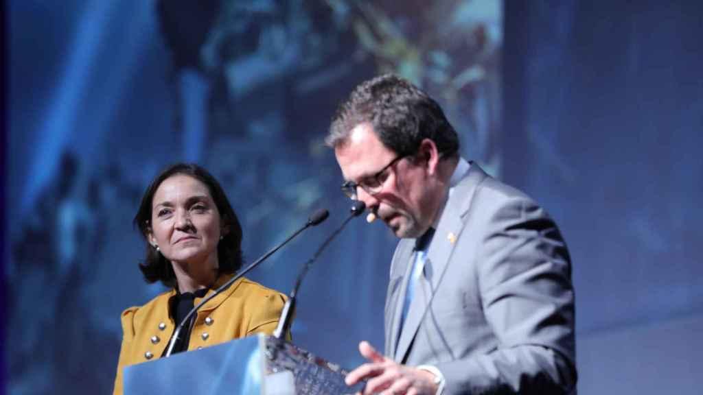 El secretario general de Industria y de la Pequeña y Mediana Empresa, Raül Blanco Díaz, durante su discurso, junto a la ministra de Industria, Comercio y Turismo en funciones, Reyes Maroto.