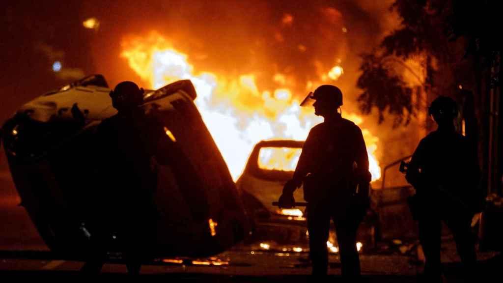 Un coche en llamas durante los altercados por la muerte de George Floyd en Washington