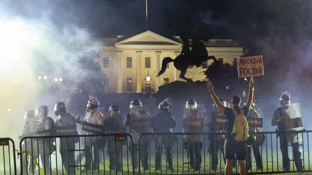 Atidisturbios controlando a los manifestantes cerca de la Casa Blanca en Washington.