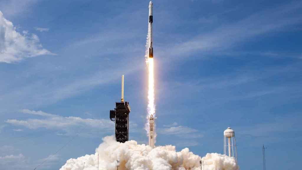 Falcon 9 y Crew Dragon despegando en la misión Demo-2