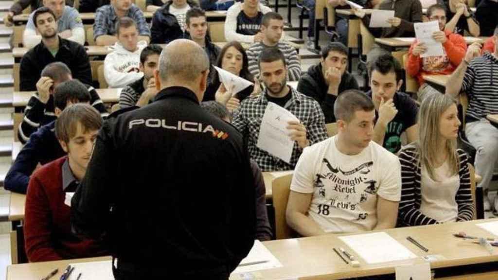 Opositores en un examen de acceso a la carrera policial.