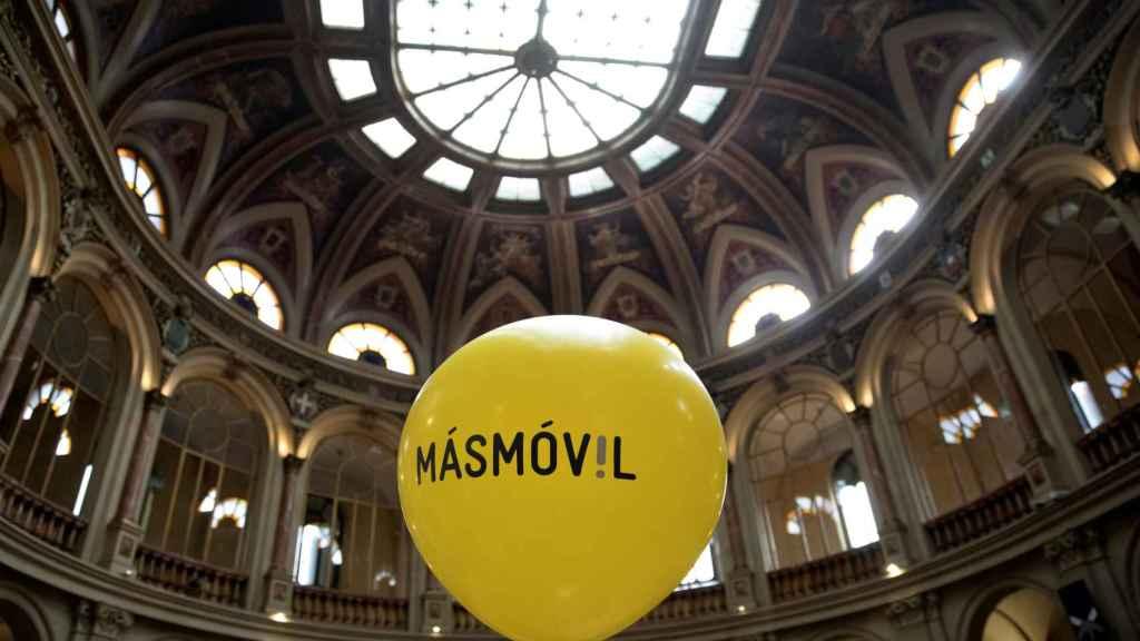 Imagen de un globo rotulado con el logotipo de MásMóvil en la Bolsa de Madrid.