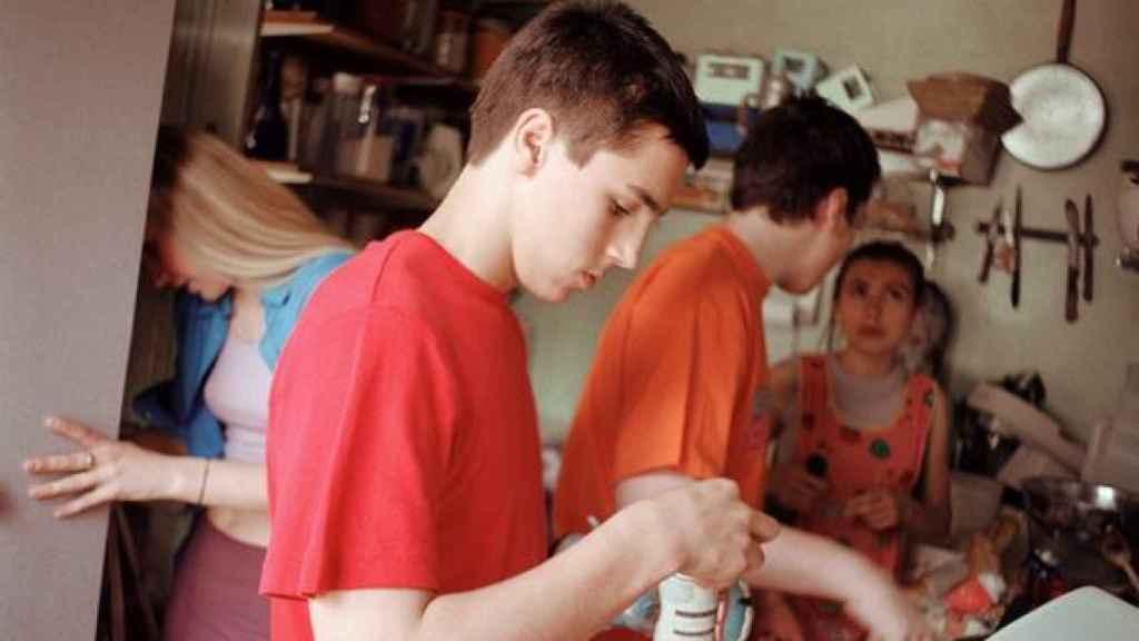 Adolescentes cocinando.