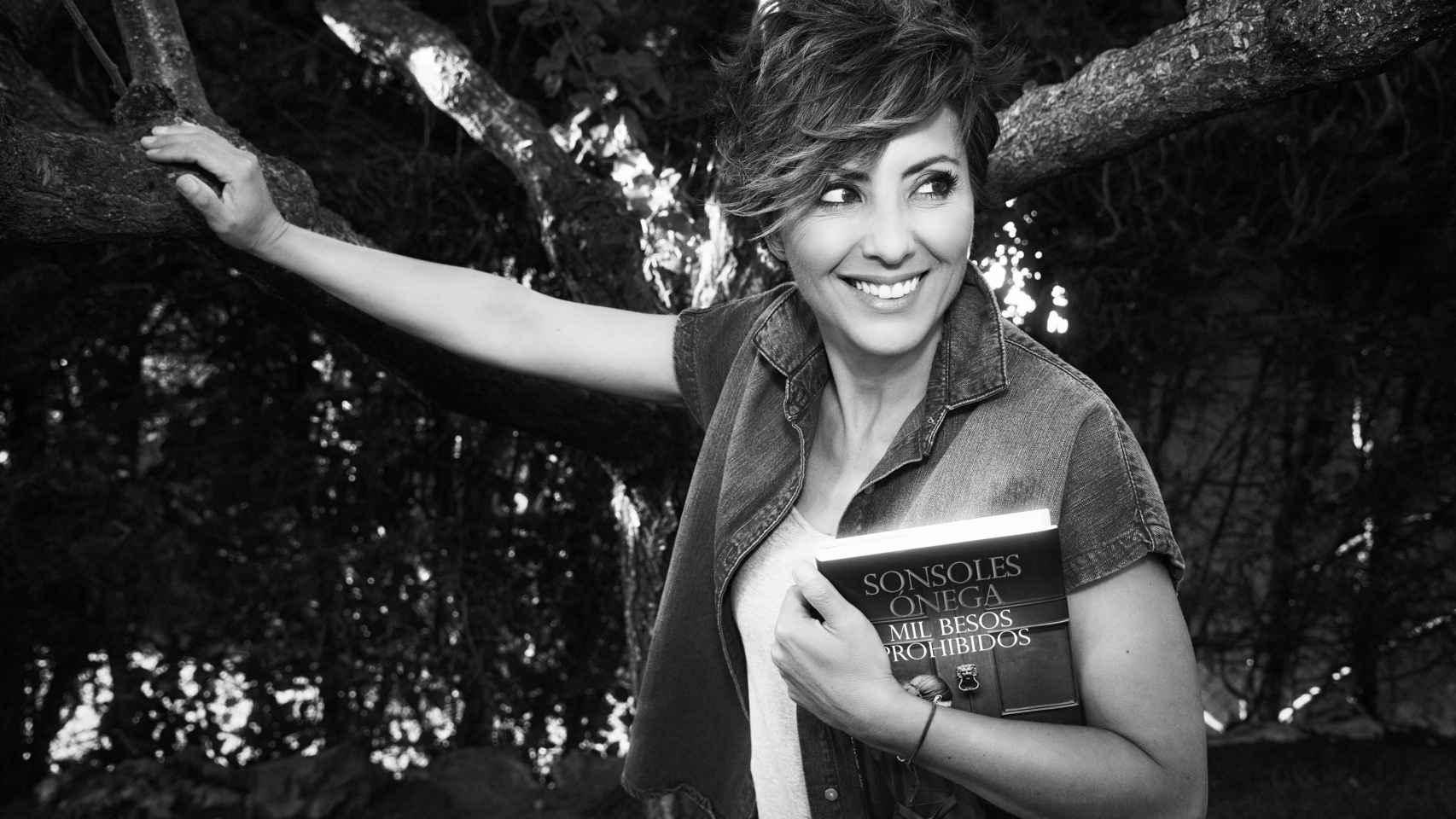 La periodista y escritora Sonsoles Ónega con su último libro, 'Mil besos prohibidos'.