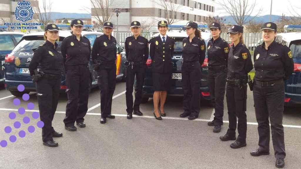 Mujeres policías nacionales en distintos cargos.