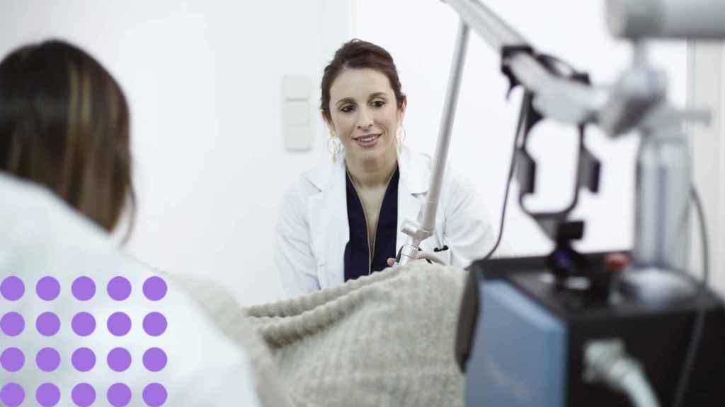 Una de las ginecólogas de Anthea, tratando a una mujer.
