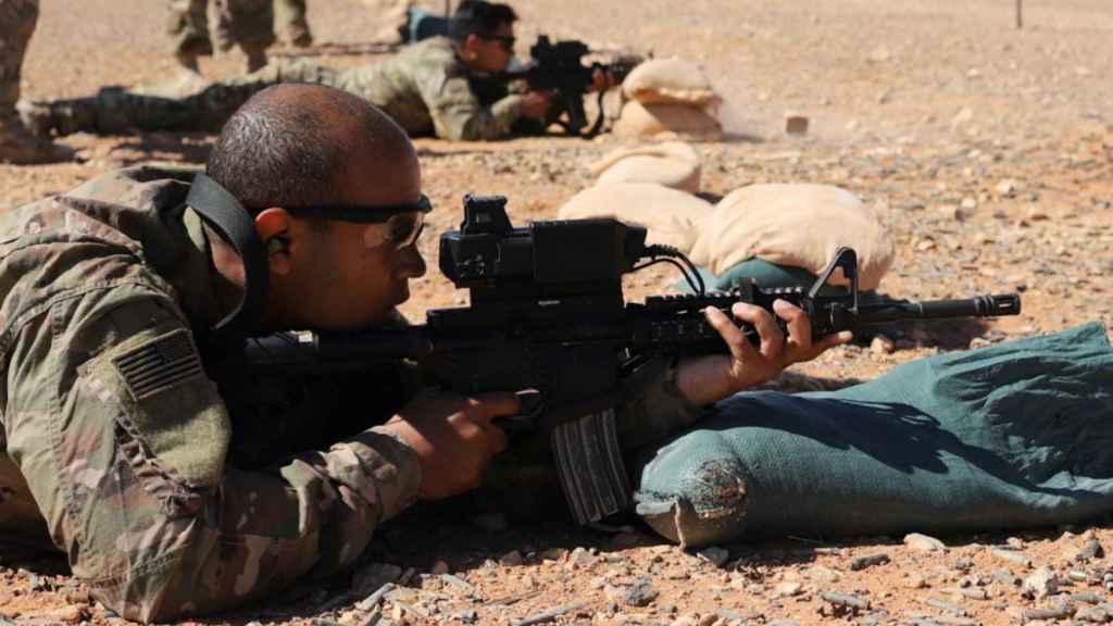 Un soldado estadounidense, probando las nuevas mirillas inteligentes