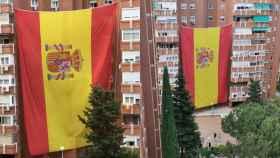 La bandera de 100 metros cuadrados que izó un grupo de vecinos.