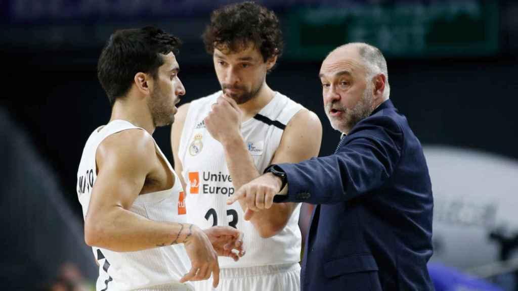 Facundo Campazzo y Sergio Llull, junto a Pablo Laso