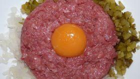 Un 'steak tartar' con un huevo encima.