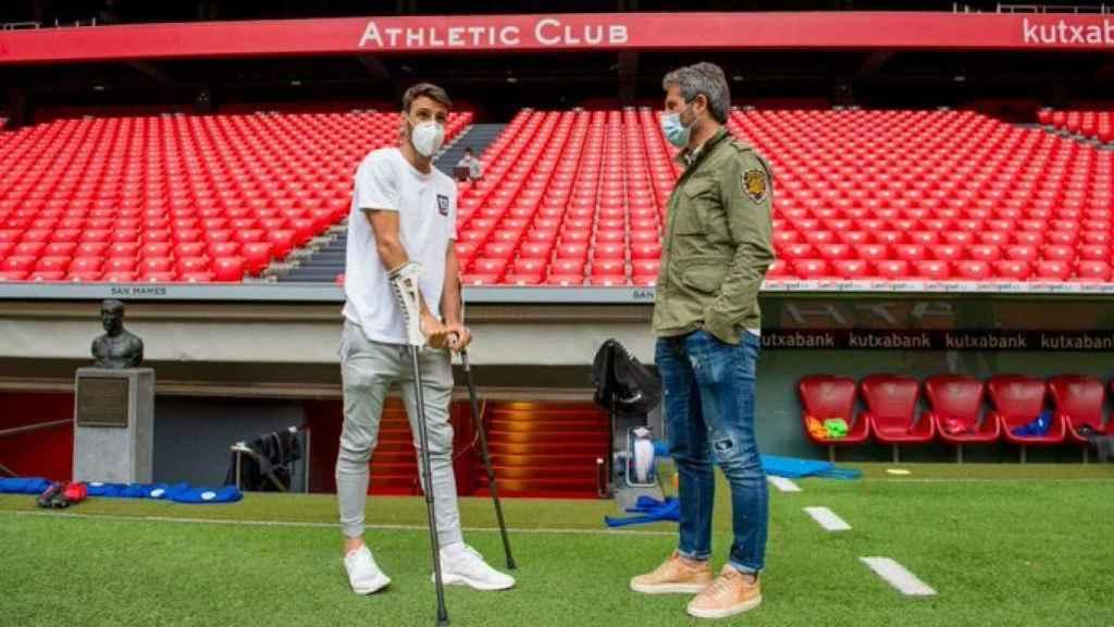 Aritz Aduriz, con muletas, visita el entrenamiento del Athletic en San Mamés