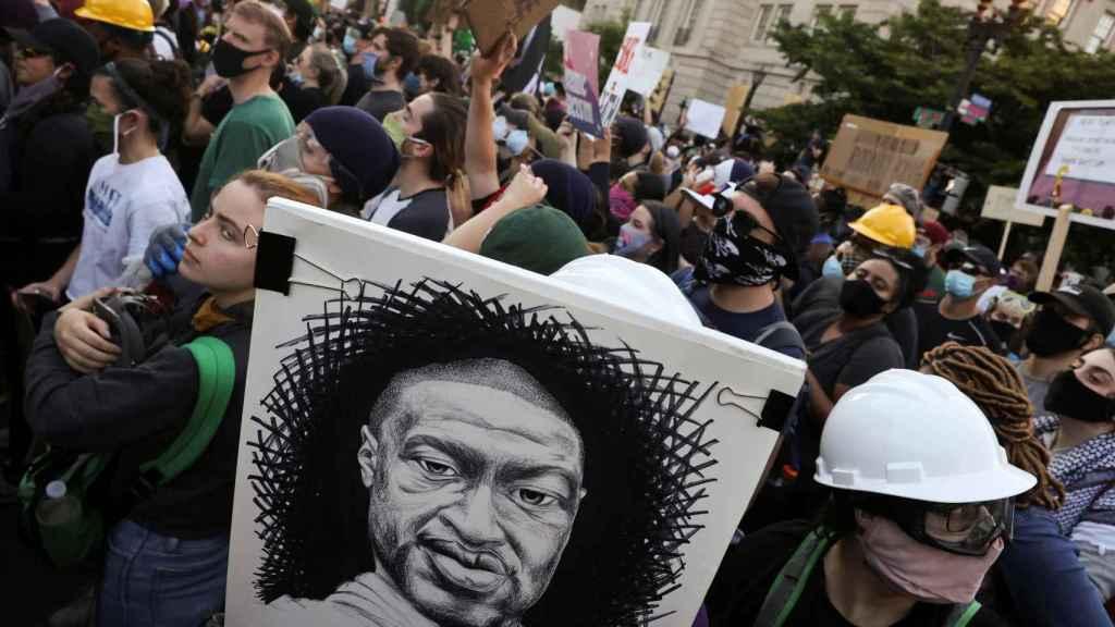 Un grupo de manifestantes protesta frente a la Casa Blanca.