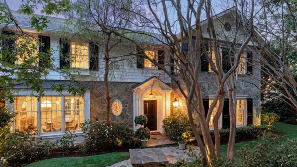 Detalle de la fachada de la casa que venden Ashton Kutcher y Mila Kunis.