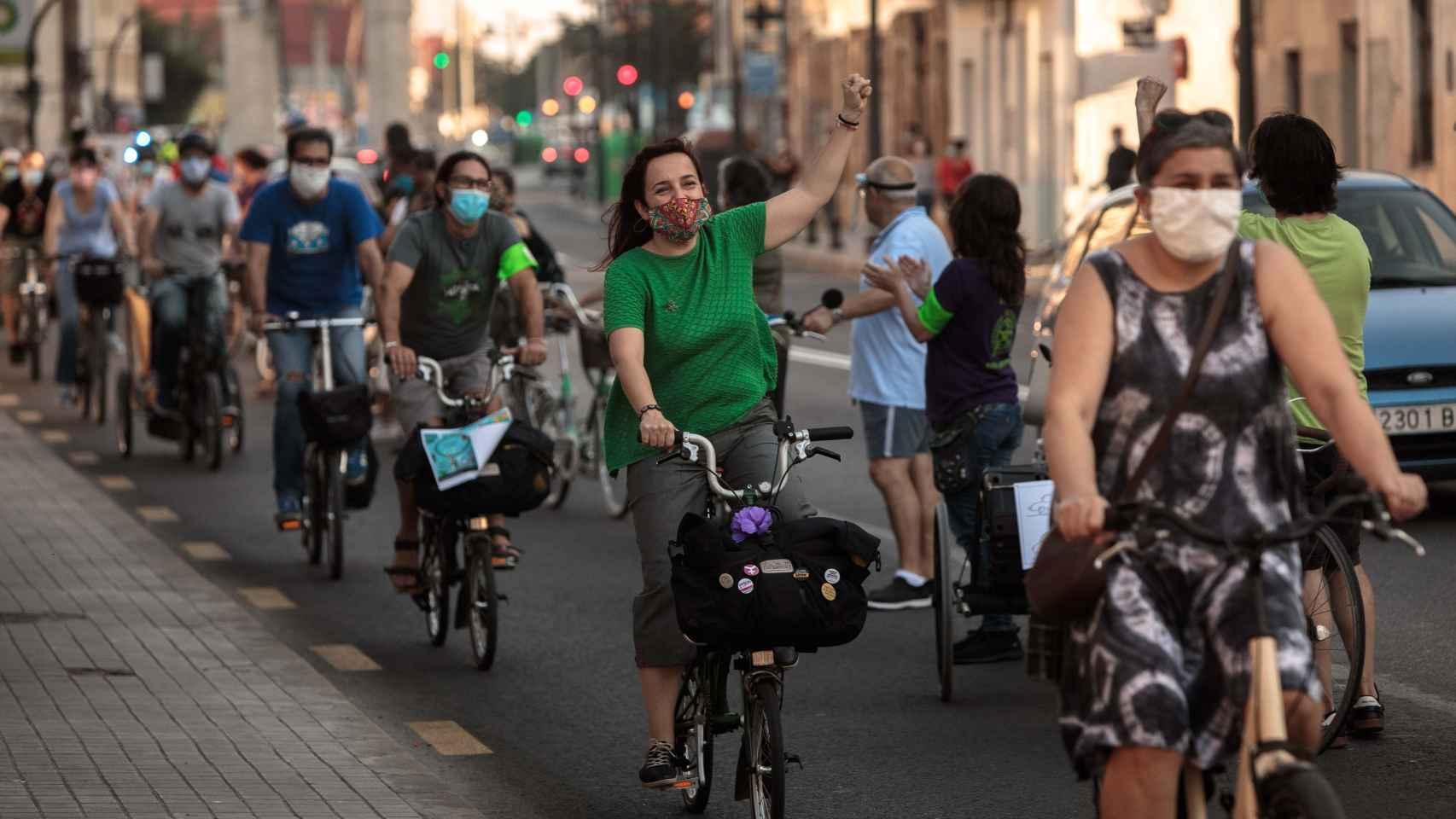 Un centenar de bicicletas formaron este miércoles una cadena en Valencia para reivindicar su uso como transporte.