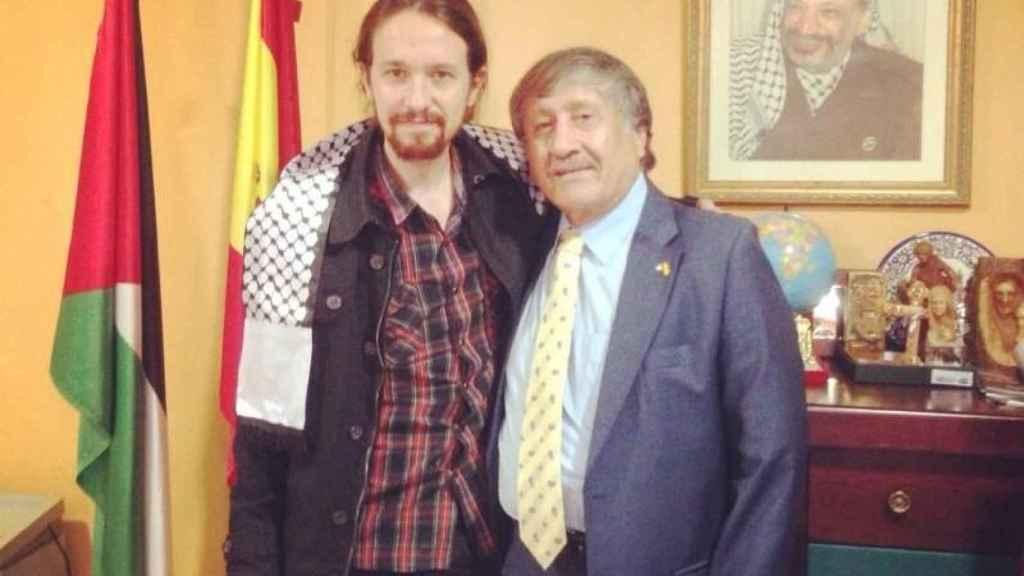 Pablo Iglesias junto al embajador de Palestina en España.