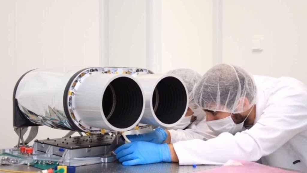 Técnicos de Satlantis trabajando en la cámara espacial