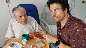Octavi Pujades junto a su padre, Joan, en el hospital.