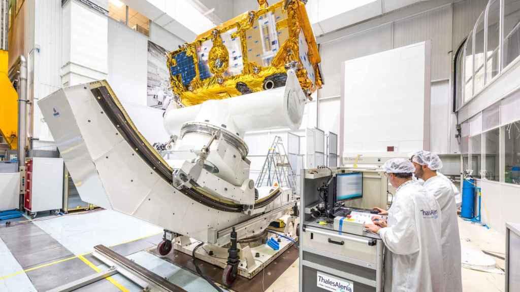 Ingenieros de Thales Alenia Space trabajando