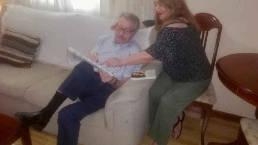 Victor y su cuidadora Isabel.