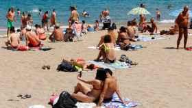 Unos bañistas en Las Palmas de Gran Canarias.