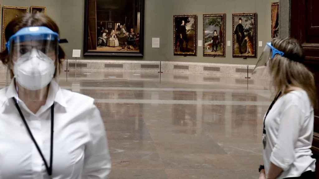Dos empleadas del Museo del Prado en la sala dedicada a Velázquez.
