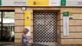 Una mujer pasa por delante de una Oficina de Empleo de la Junta de Andalucía.
