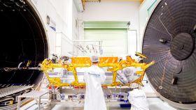 Técnicos de Thales Alenia trabajando en un satélite