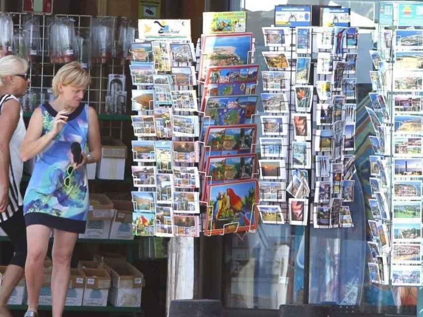 Turistas en una tienda de 'souvenir'