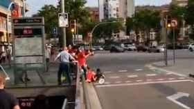 El momento de la agresión a las dos chicas de 'Barcelona con la Selección'
