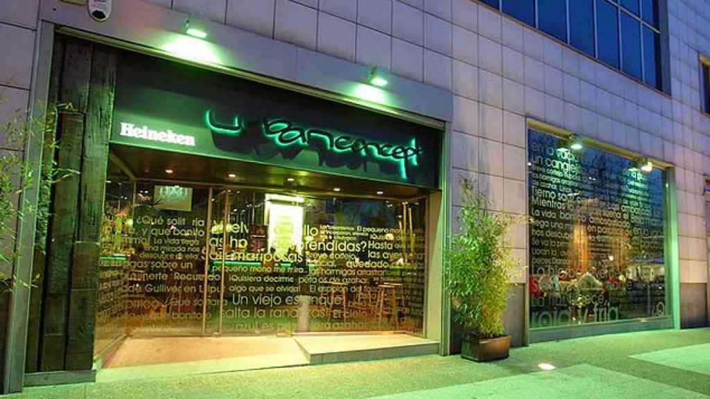 Puerta del bar de Santiago Abascal en Vitoria.
