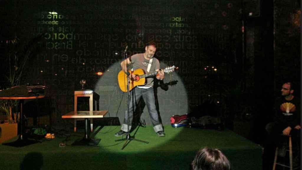 EL cantante y humorista Pablo Carbonell, durante una actuación en el bar de Abascal.