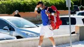 Roberto Bautista, con mascarilla en su llegada al Region of Valencia Tennis Challenge