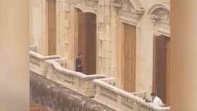 Ronaldinho, en el balcón del hotel donde cumple arresto domiciliario