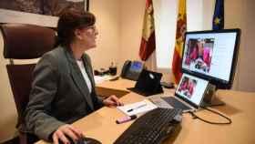 Videoconferencia mantenida por la consejera de Igualdad y portavoz de la Junta, Blanca Fernández, junto al resto del equipo directivo de la Consejería