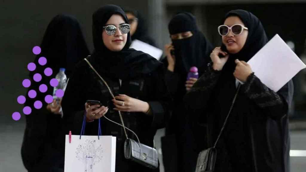 Dos mujeres saudíes por la calle.