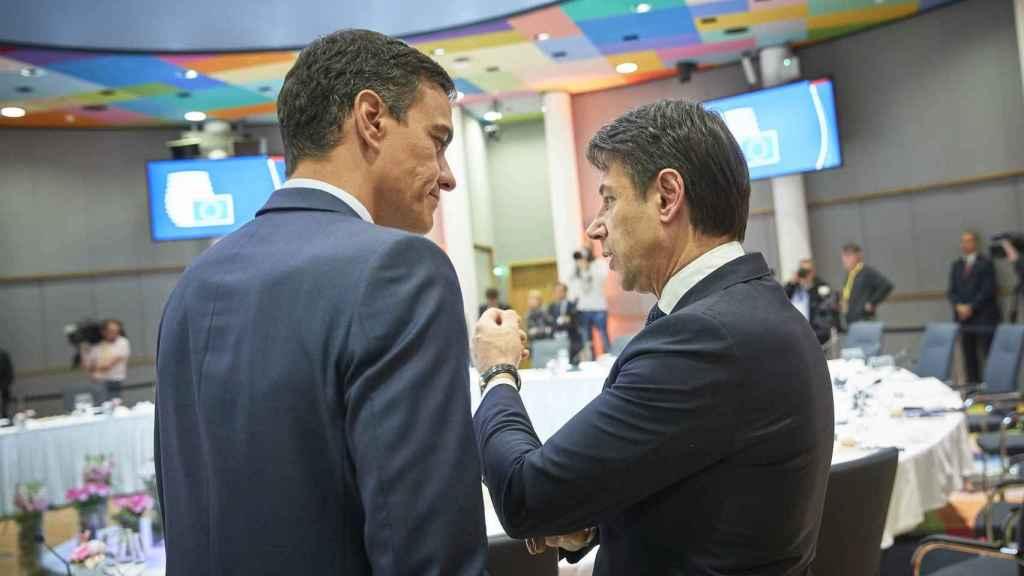 Pedro Sánchez y Giuseppe Conte conversan en una reunión del Consejo Europeo