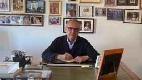 Joan Gaspart, en su despacho, fotografiado por su mujer durante el confinamiento.