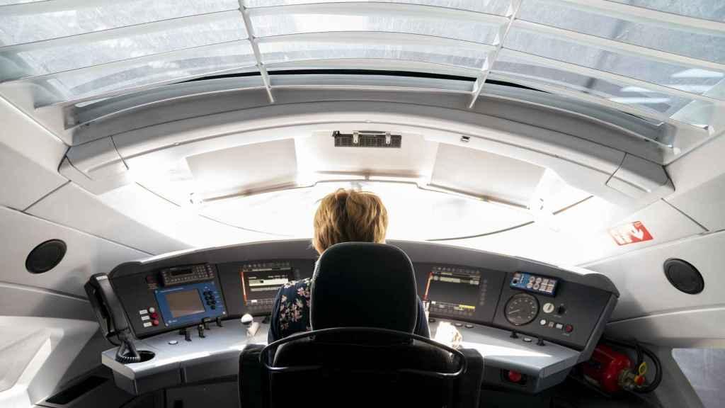 Desde la cabina de un tren se ve lo suficiente para tener la información que necesita el maquinista.