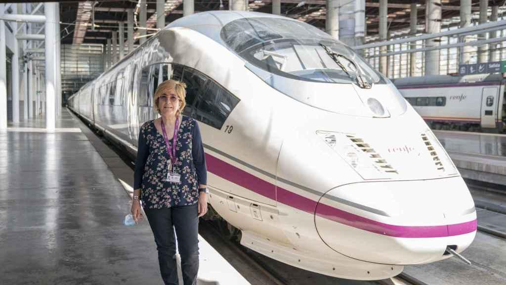 Teresa Rey frente al modelo de tren que tiene el récord de velocidad en España.