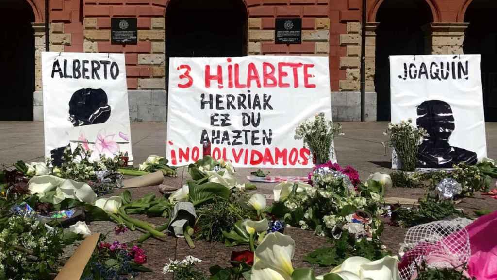 Flores y pancartas en la manifestación de Zaldíbar.