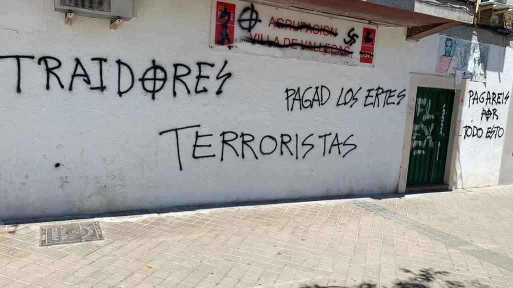 Pintadas nazis en la sede del PSOE de Villa de Vallecas.